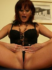 Hot mature babe playing with herself