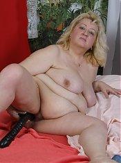 Fat mature blondie having dildo fun